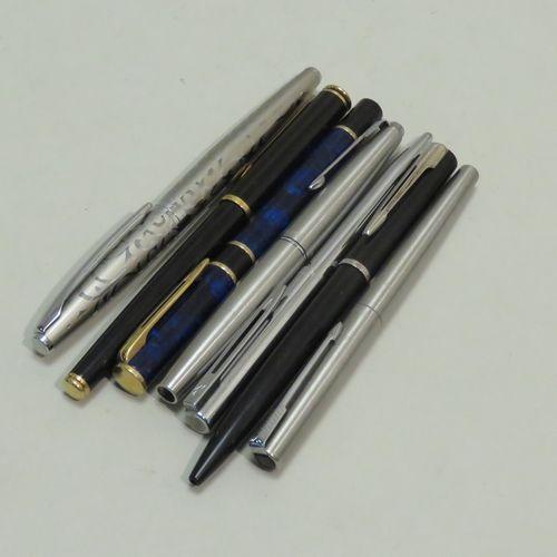 Lot de sept stylos divers (bille et plume) dont PARKER & WATERMAN. Lot en l'état…