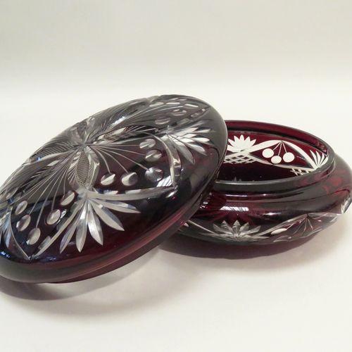 Bombonnière en cristal taillé décor de gerbes de fleurs et motifs stylisés. XXèm…