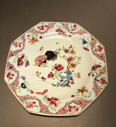 CHINE Octagonal porcelain plate with polychrome decoration of the enamels of the…