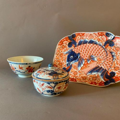 CHINE ET JAPON Quatorze assiettes, un pot à sucre et un couvercle, un petit bol …
