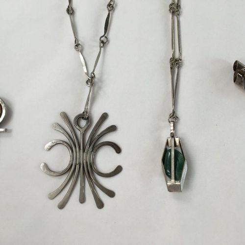 Lot de bijoux fantaisie  Composé de deux colliers pendentifs l'un orné d'une pie…