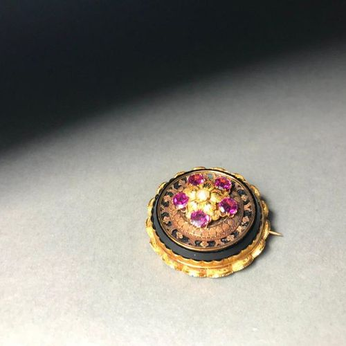 18K yellow gold and onyx brooch inlaid with a pearl and hard stones  PB: 10.83g
