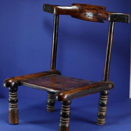 Chaise basse à belle patine d'usage. Bois et métal. Gouro, Côte d'Ivoire. H. 57 …