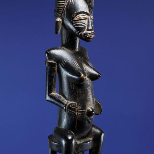 Canne de cultivateur tefalipitya sculptée en son sommet d'un personnage féminin …