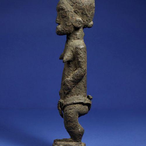 Statue féminine en position debout, entièrement recouverte d'une patine croûteus…