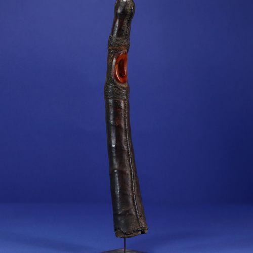 Ancien olifant. Ivoire et cuir, profonde patine d'usage. Toma, Guinée. H. 39 cm.…