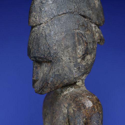 Imposante statue déblé figurant un personnage masculin debout, les bras le long …
