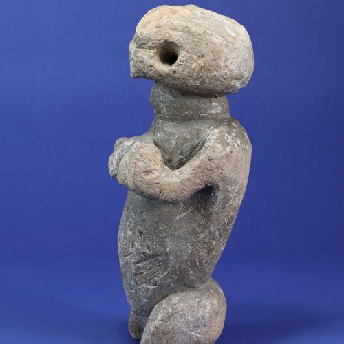 Puissante statue anthropomorphe féminine, les deux mains venant saisir la poitri…