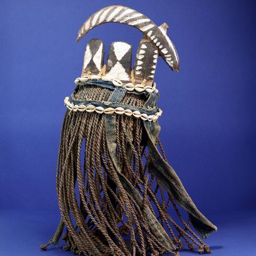 Cimier zazaigo représentant une antilope stylisée. Bois et fibres, polychromie n…