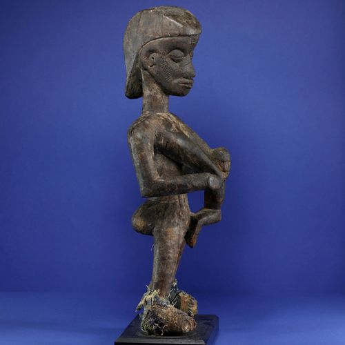 Intéressante sculpture figurant une mère allaitant son enfant accroché à un sein…