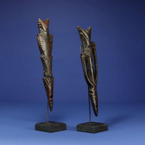 Deux sifflets. Bois et cuir. Nuna, Burkina Faso. H. 24 cm. Provenance : Collecti…