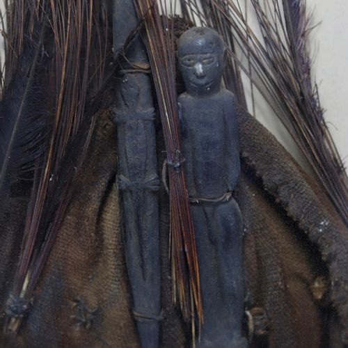Coiffe de hogon. Tissu, crin, plumes, bois. Encadrée sous verre. Dogon, Mali. Ha…
