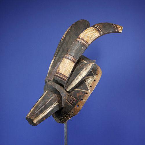 Beau masque antilope aux lignes tendues figurant deux cornes projetées en arrièr…