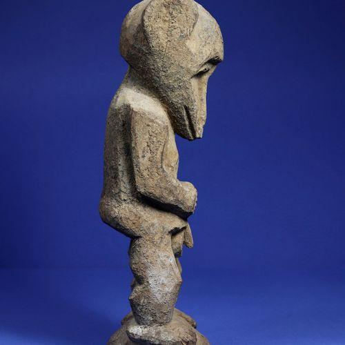 Rare statue masculine anthropo zoomorphe en position debout, les bras le long du…