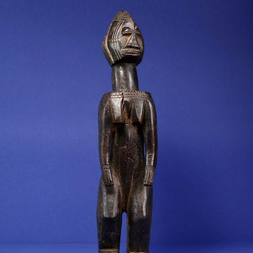 Statue représentant un personnage féminin debout, les épaules et la poitrine pro…