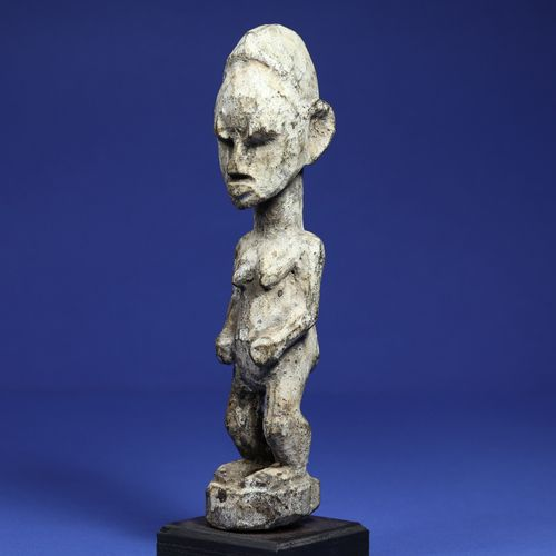Statuette féminine aux traits schématiques, bois à patine sacrificielle croûteus…