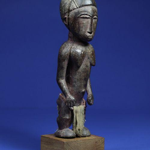 Intéressante statue représentant un personnage féminin, les bras décollés du cor…