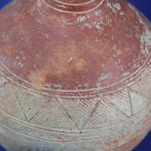Elégante poterie sphérique à long col, engobe rouge. Terre cuite. Djenné, Mali. …