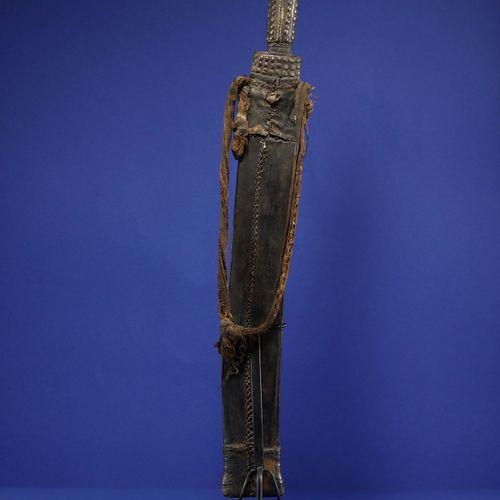 Sabre dans son fourreau en cuir décoré de motifs géométriques gaufrés. Baoulé, C…