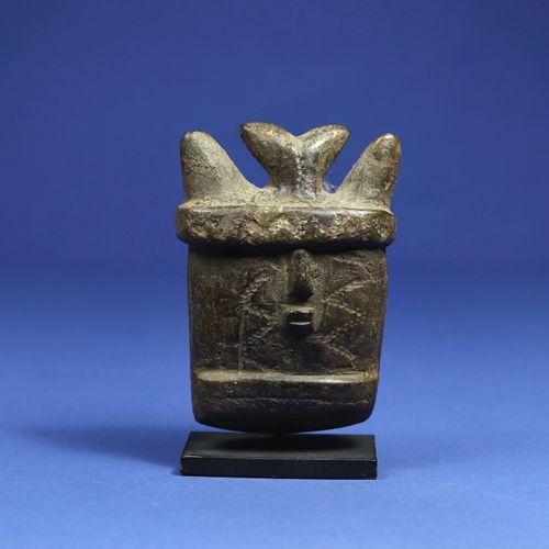 Rare petit masque figurant un visage cornu aux joues scarifiées, Stéatite à pati…
