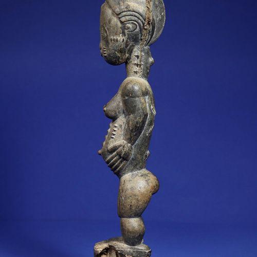 Belle statue féminine blolo bla (épouse de l'au delà) aux seins généreux, le cor…