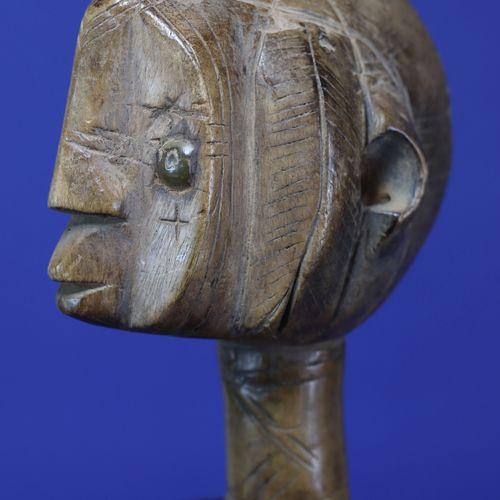 Statue féminine au style vigoureux, la poitrine généreuse projetée vers l'avant,…