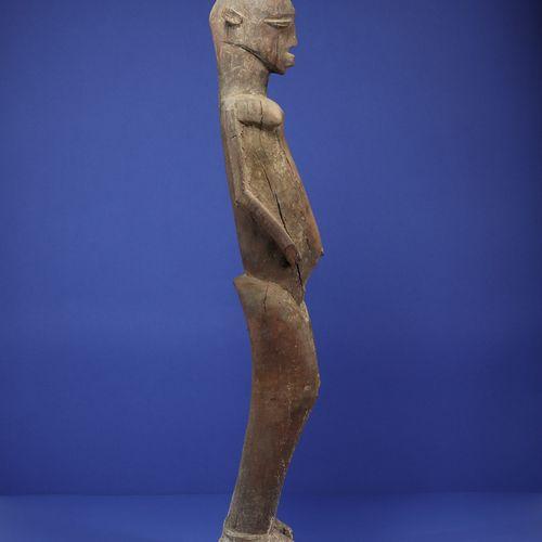 Grande statue représentant un personnage féminin debout. Belle tension dans la c…