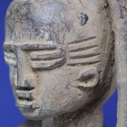 Importante statue féminine représentée debout, le bras gauche levé, la main posé…