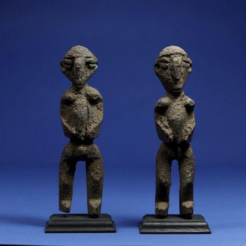 Paire de statuettes de divination ou de protection, les volumes tendus, les visa…