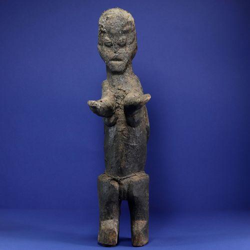 Intéressante statue janus, l'un des personnages avec les bras dressés devant lui…