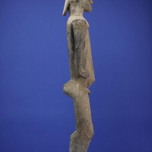 Superbe statue représentant un personnage masculin debout, les bras dégagés du c…