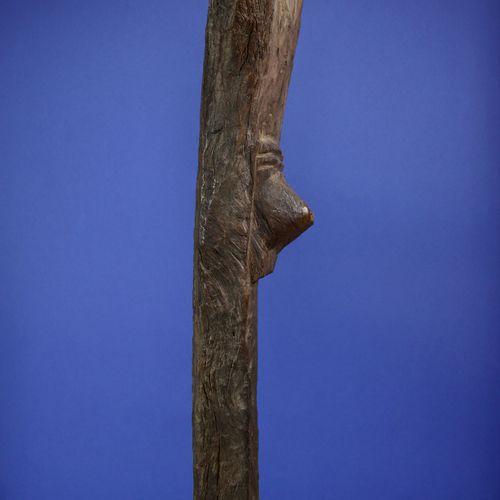 Imposant poteau de case à palabre toguna sculpté en « Y » et figurant en son cen…