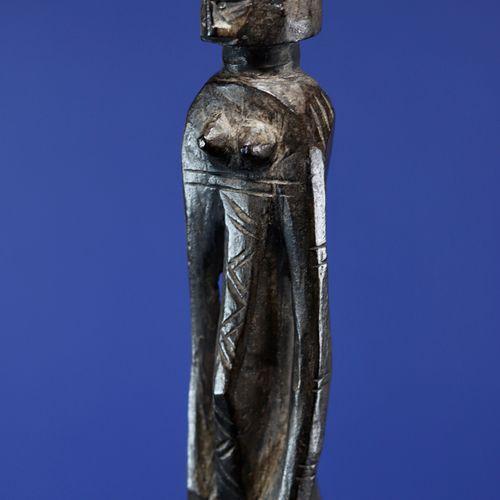Canne du poro sculptée en son sommet d'un personnage féminin. Bois à profonde pa…