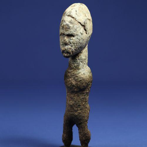 Etonnante statuette macrocéphale, le corps disparaissant sous une matière croûte…