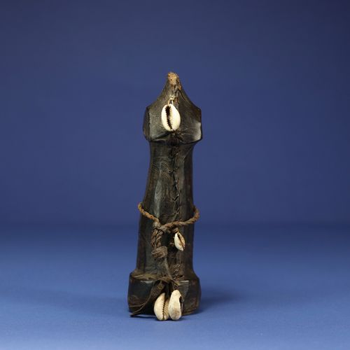 Petite poupée de fertilité biiga. Bois, cuir, fibres et perles. Mossi, Burkina F…