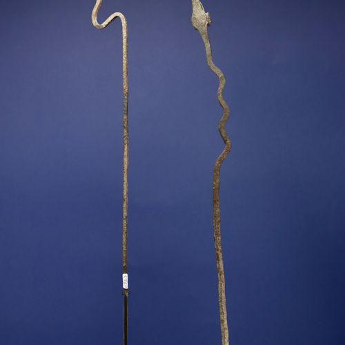 Un lot de deux fers votifs représentant des serpents. Lobi, Burkina Faso. H. 51 …