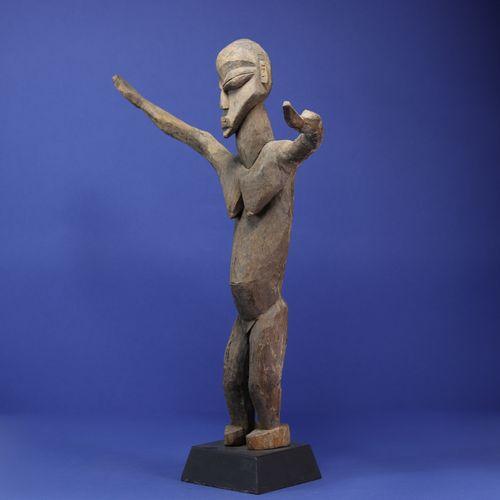 Statue féminine toute en mouvement, figurée debout les bras grands ouverts. Bois…