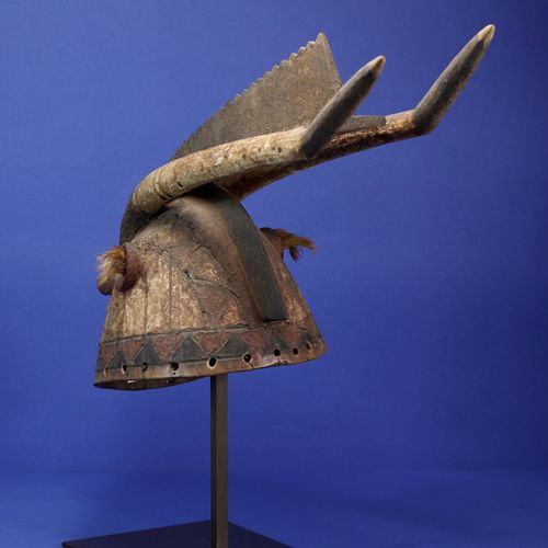 Masque casque représentant un animal surnaturel, les yeux tubulaires, deux longu…