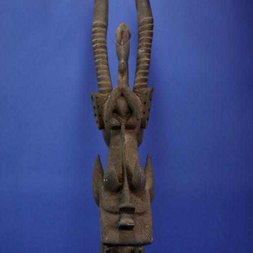 Masque buffle kagba figurant un animal fantastique composé d'éléments zoomorphes…