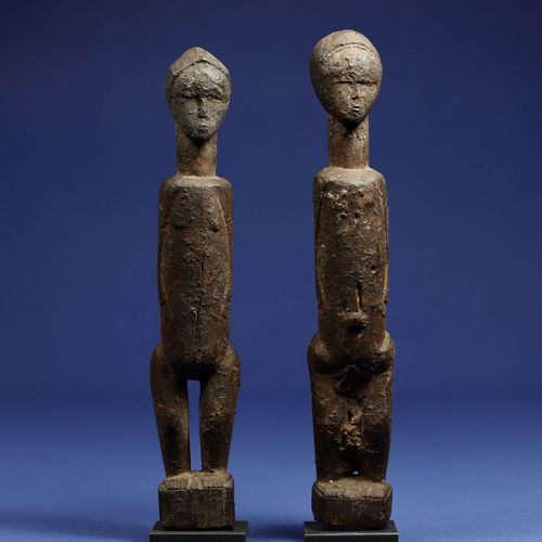 Charmant couple de statuettes aux traits simplifiés. Bois à patine croûteuse. Ba…