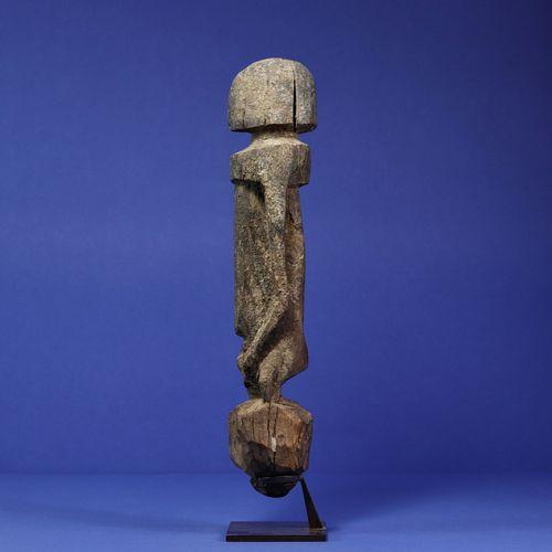 Statue figurant un personnage debout aux traits stylisés, les bras le long du co…