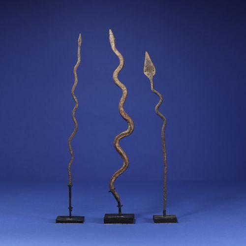 Lot de trois fers votifs en forme de serpent. Lobi, Burkina Faso. H. 29 cm, 32 c…