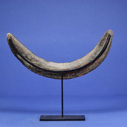 Important pectoral de chasseur décoré d'animaux gravés (serpent, caïman, lézard)…