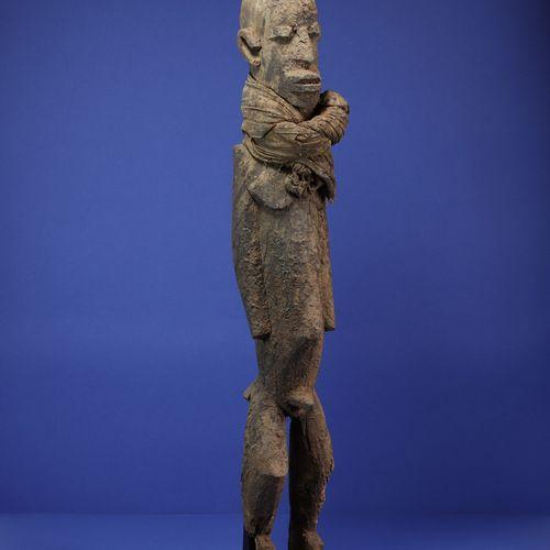 Importante statue masculine portant un tissu noué autour du cou, en position deb…