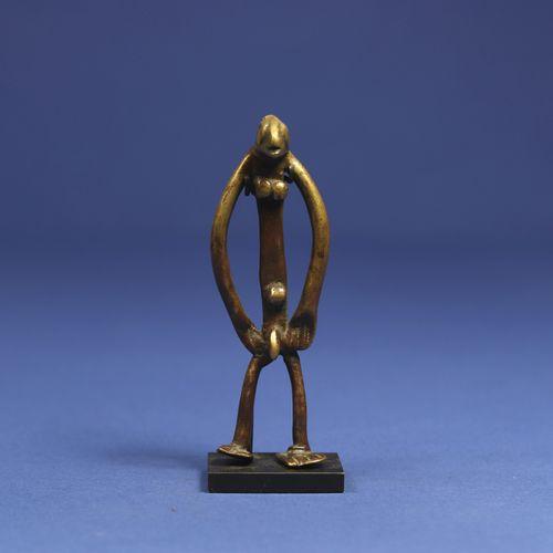 Superbe petit bronze figurant un personnage masculin debout, le corps filiforme …