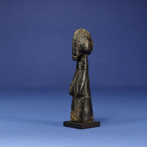 Petite poupée de fertilité biiga. Bois et cuir. Mossi, Burkina Faso. H. 14,5 cm.…