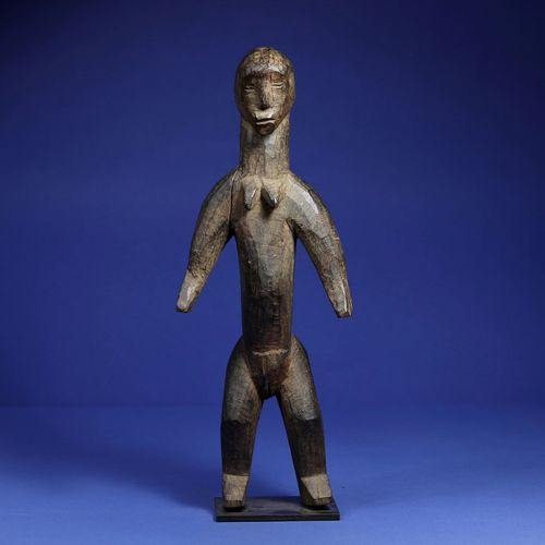 Statue représentant un personnage féminin debout, les bras écartés. Bois à patin…