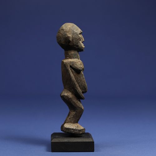 Statuette masculine représentée debout. Bois à patine croûteuse. Lobi, Burkina F…