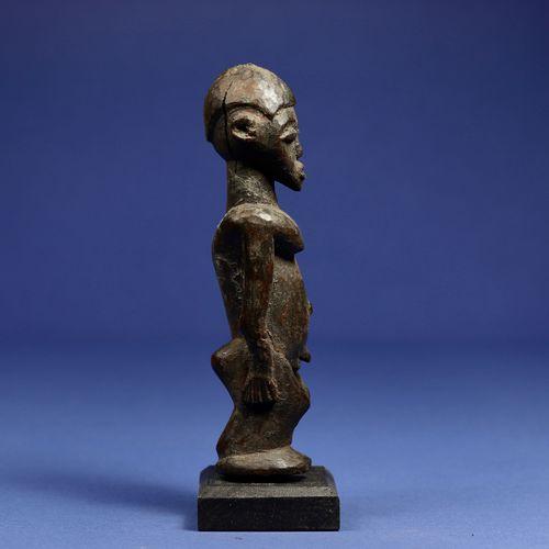 Statuette masculine en position debout. Bois à patine noire. Lobi, Burkina Faso.…