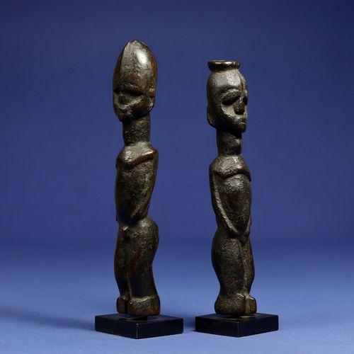 Paire de statuettes de divination ou de protection. Bois, superbe patine d'usage…